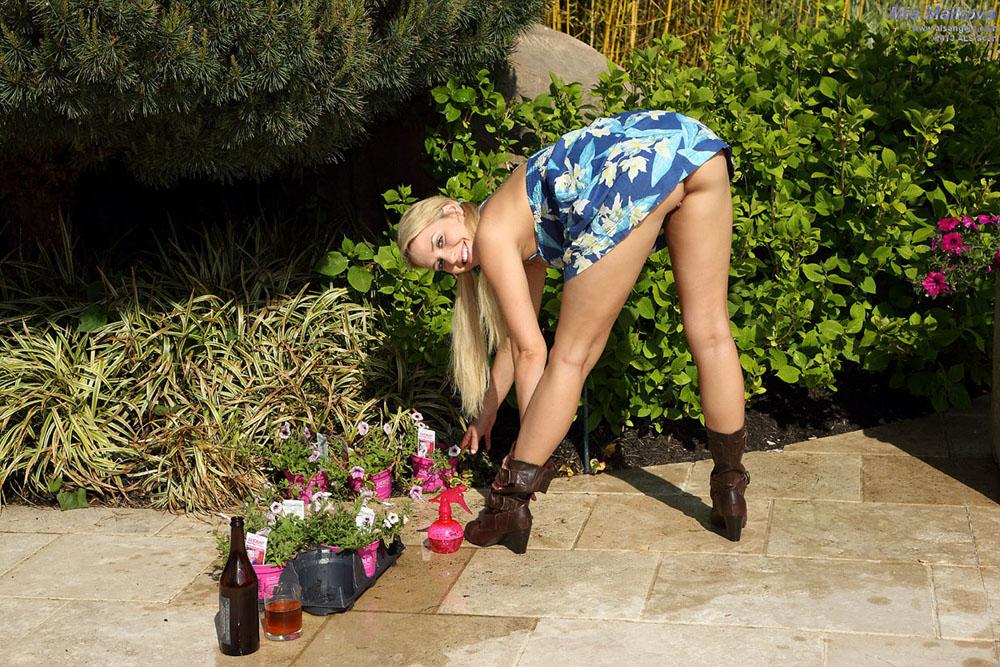 Mia Malkova - Flexible Mia Malkova Exposes Her Clit Then Poses Outdoors