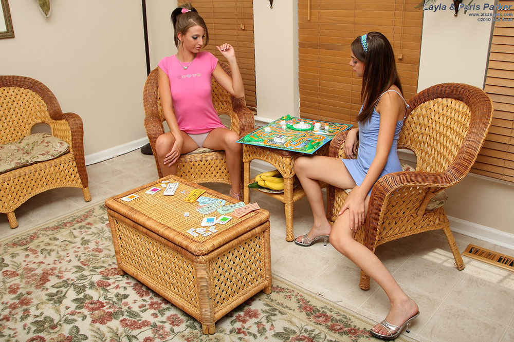Parker Sisters - Parker Sisters Paris and Layla Nude Board Game